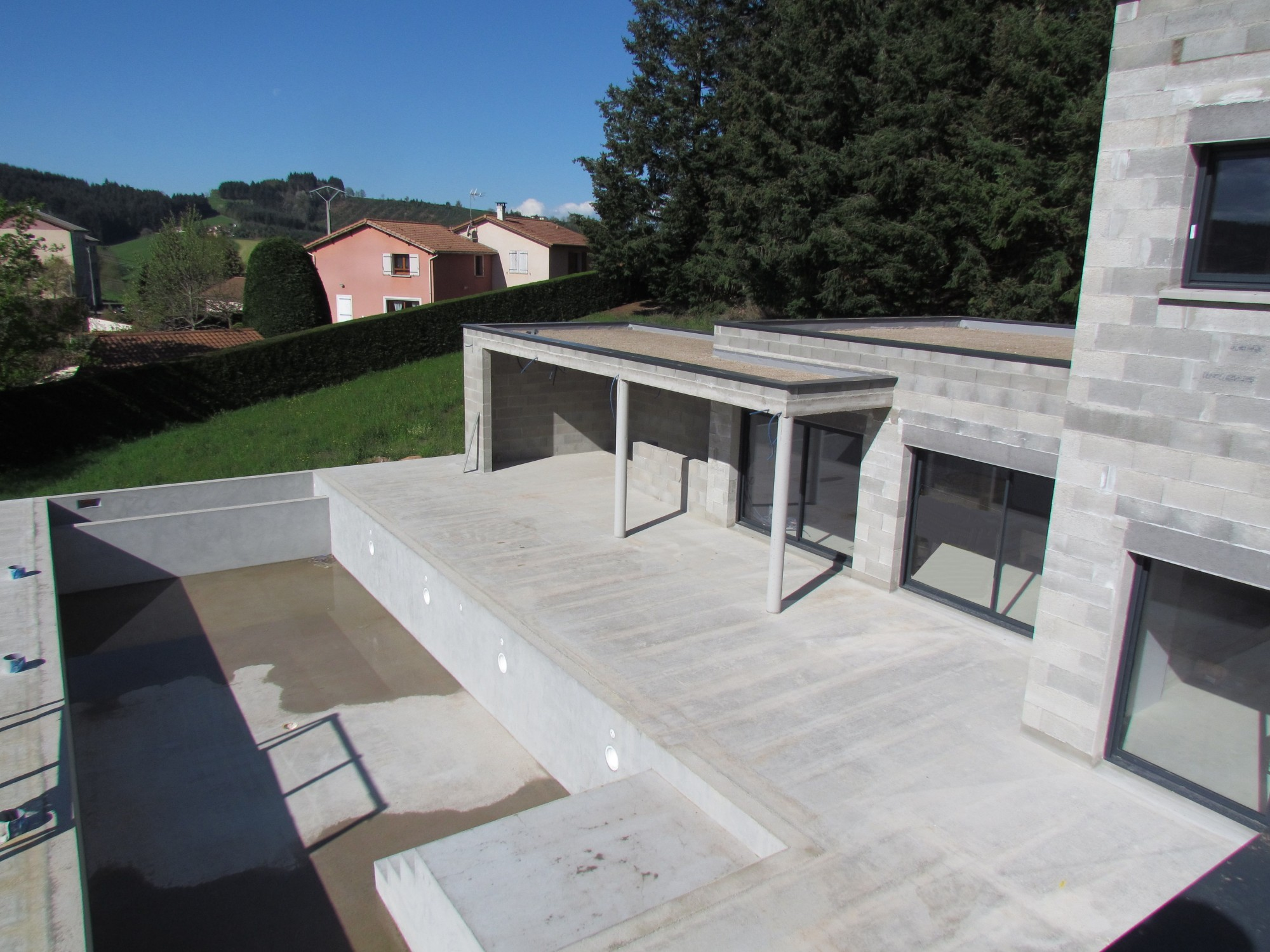 maison contemporaine vue pool house et piscine en construction
