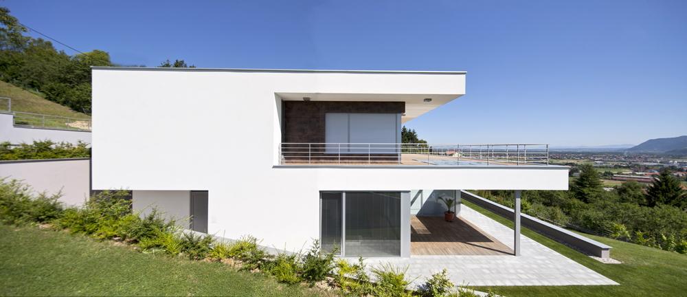 Construction D Une Maison A Toits Plats Decales Sur Terrain En Pente