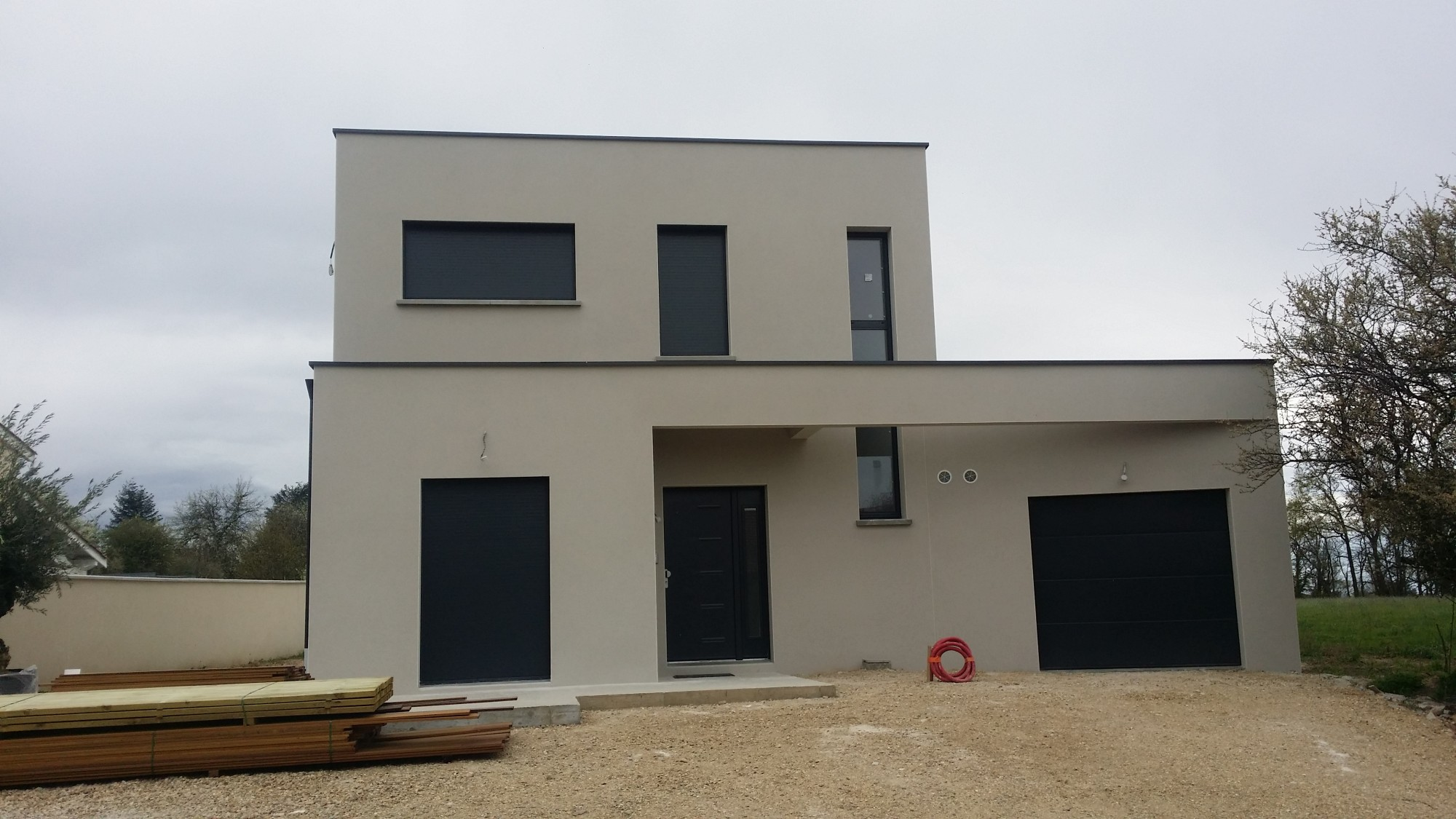Construction d 39 une maison contemporaine dans le rh ne dommartin bureau d 39 tudes et architectes for Photo entree maison moderne
