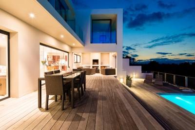 maison moderne avec terrasse et piscine