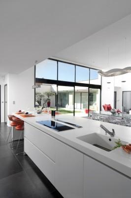 Intérieur cuisine vue sur les baies vitrées